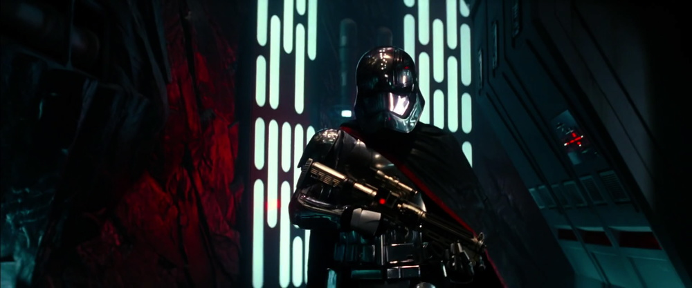 Chrome armor and red and black cape. Manyspeculates that it'sCaptain Phasma (rumored to be Gwendoline Christie )