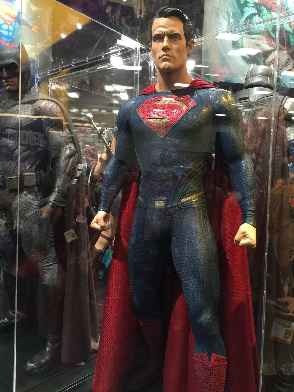 batman-v-superman-batman-armor-costumes-weapons-prop-photos2