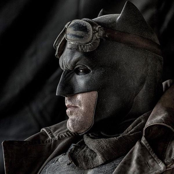 batman-v-superman-close-up-shot-of-batmans-desert-battle-uniform-and-new-banner