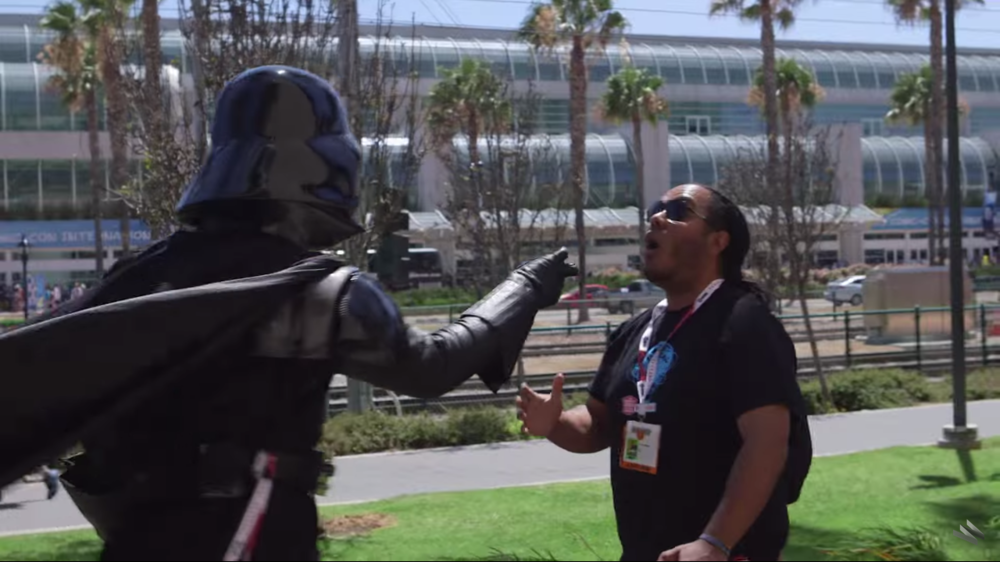darth-vader-goes-around-comic-con-force-choking-people