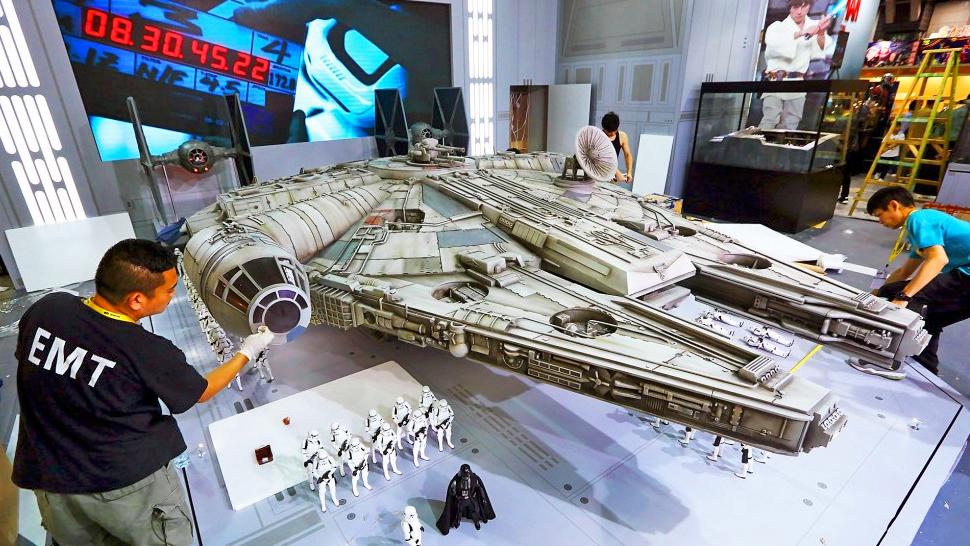 new-photos-of-hot-toys-massive-18-foot-long-millennium-falcon