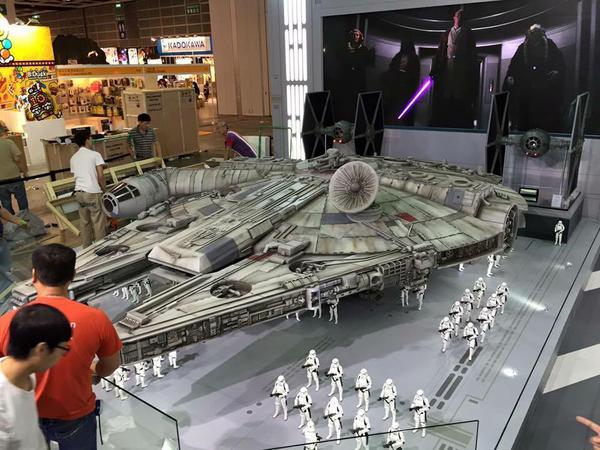 new-photos-of-hot-toys-massive-18-foot-long-millennium-falcon14