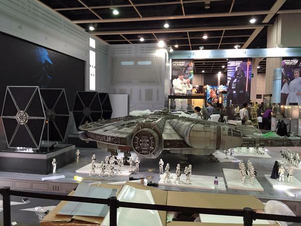new-photos-of-hot-toys-massive-18-foot-long-millennium-falcon99