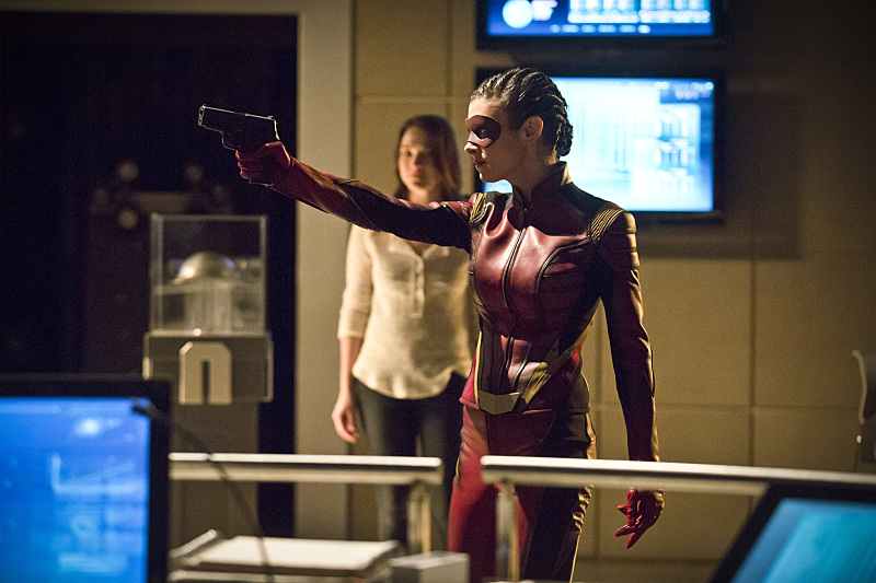 first-look-at-the-flashs-female-speedster-trajectory8.jpg