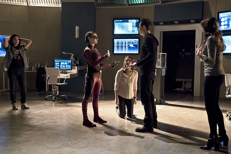 first-look-at-the-flashs-female-speedster-trajectory7.jpg