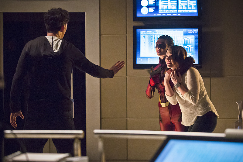 first-look-at-the-flashs-female-speedster-trajectory9.jpg