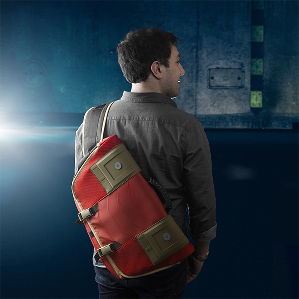 itnn_iron_man_messenger_bag_inuse.jpg