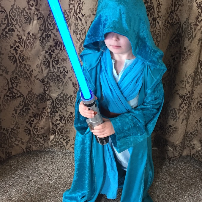 awesomely-cute-rey-and-elsa-jedi-kid-cosplay-mashup