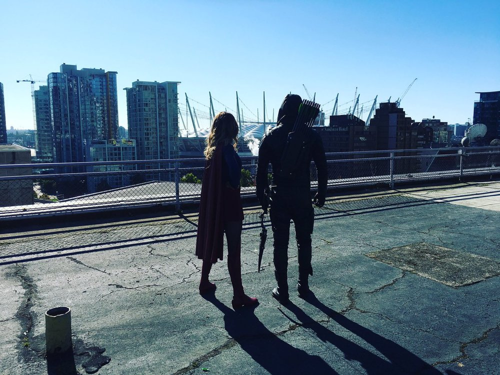 arrow-and-supergirl-finally-meet-in-teaser-photo-for-arrows-100th-episode