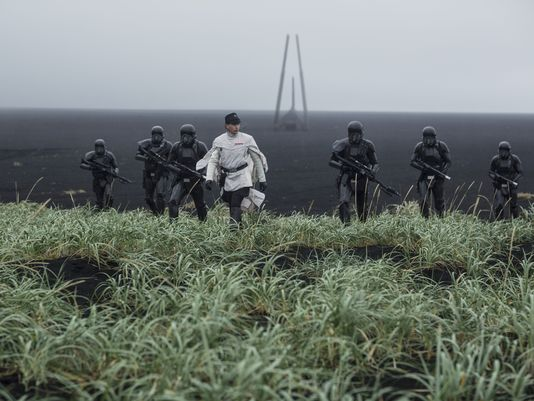 new-images-from-star-wars-rogue-one-features-jyn-erso-orson-krennic-and-k-2so