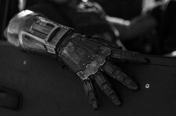 get-a-close-up-look-at-wolverines-battle-scarred-hands-in-new-logan-photo3