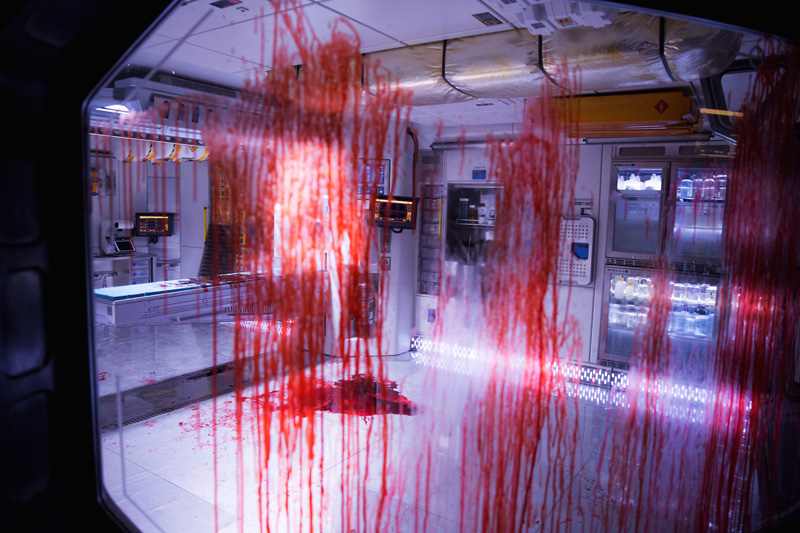 new-alien-covenant-photos-feature-a-bloody-mess-and-a-eerie-xenomorph-hallway1