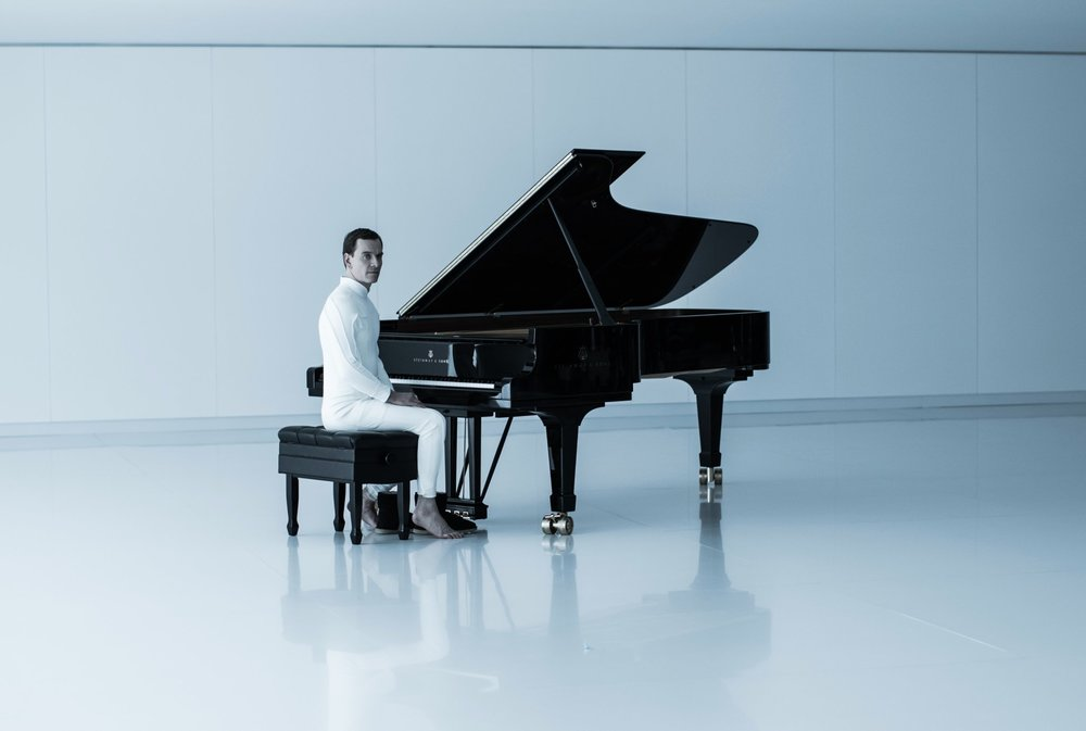 michael-fassbender-eerily-sits-at-a-piano-as-walter-in-new-alien-covenant-photo