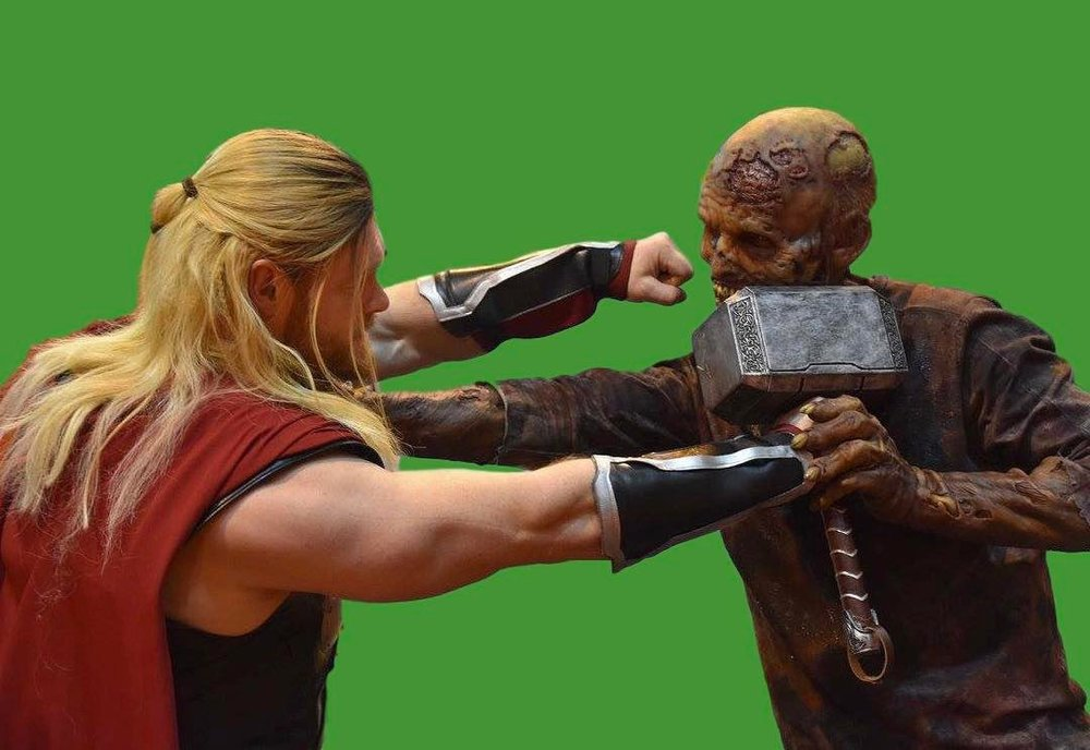 thor-fights-a-zombie-like-creature-in-new-bts-photo-from-thor-ragnarok1