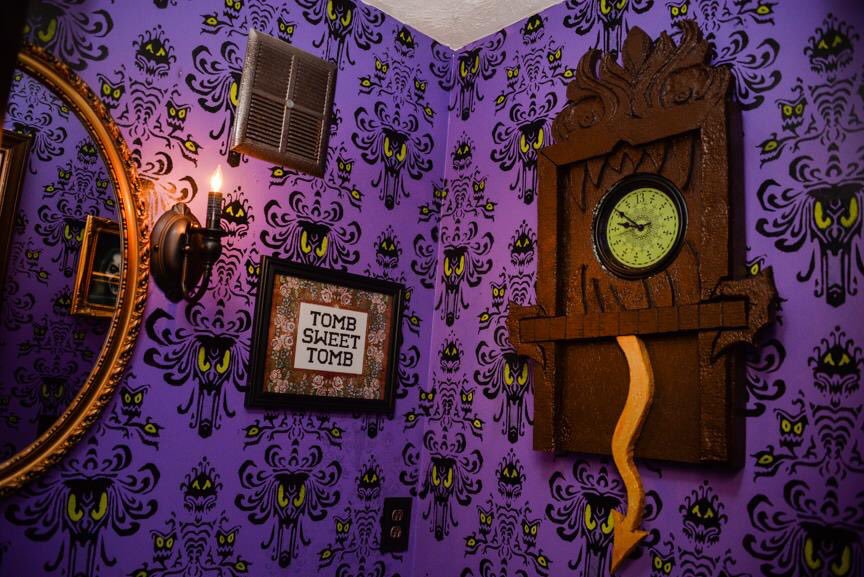 Disney Fan Gives His Basement a Wonderfully Creepy Haunted Mansion Overhaul 45