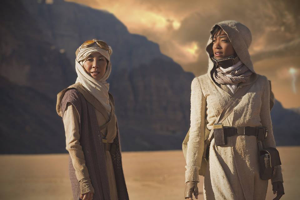 the-first-star-trek-discovery-photo-features-2-characters-exploring-a-strange-new-world