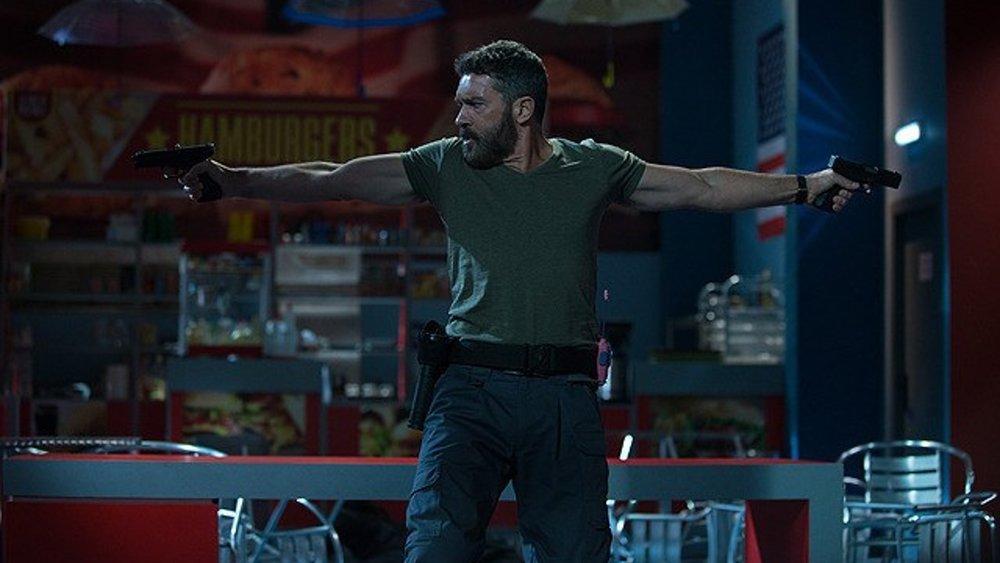 antonio banderas plays a mall cop who faces off with ben