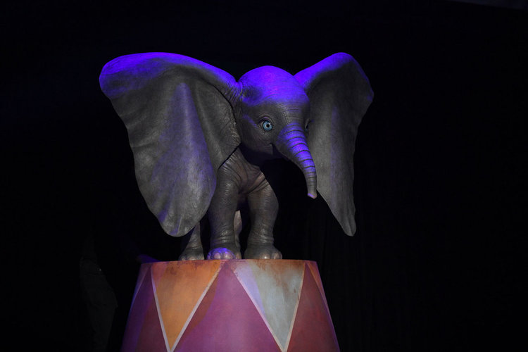 heres-your-first-look-at-dumbo-in-tim-burtons-live-action-adaptation2