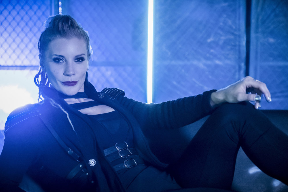 first-look-at-katee-sackhoff-as-the-villainous-amunet-black-in-the-flash1