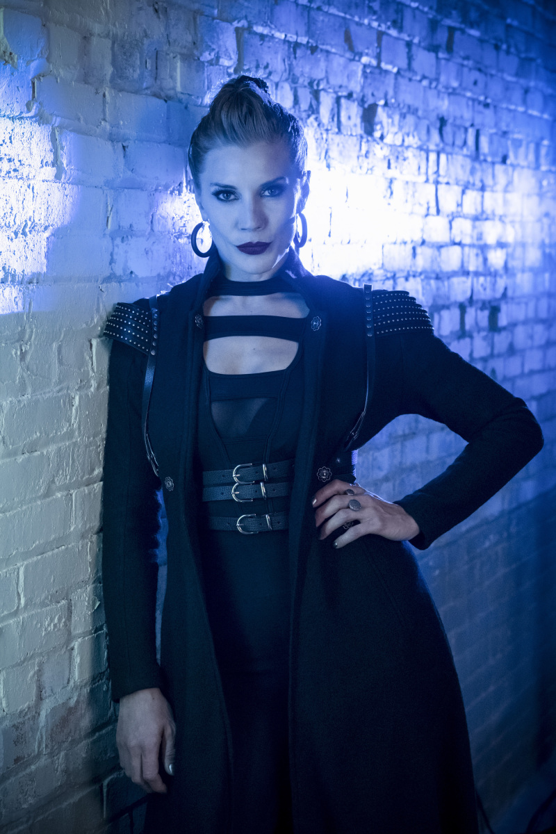 first-look-at-katee-sackhoff-as-the-villainous-amunet-black-in-the-flash12