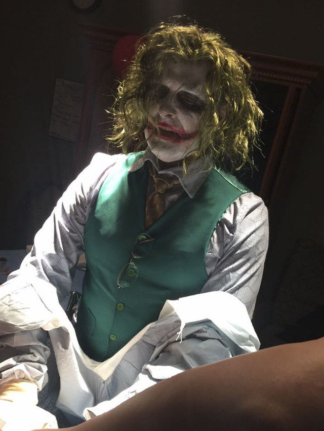 a-doctor-dressed-as-the-joker-delivers-a-baby-on-halloween-night1