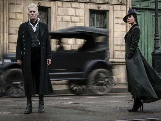 two-new-photos-from-fantastic-beasts-the-crimes-of-grindelwald-feature-newt-tina-and-gellert-grindelwald1