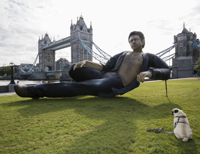 a-25-foot-statue-of-sexy-jeff-goldlum-from-jurassic-park-has-been-erected-in-london1