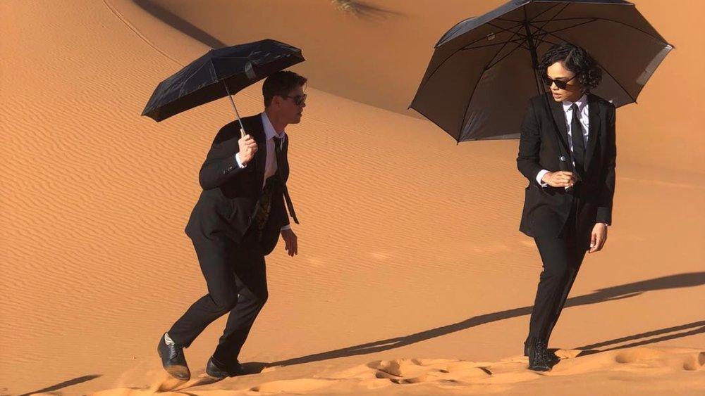 new-men-in-black-photo-shows-chris-hemsworth-and-tessa-thompson-chillin-in-the-desert-social.jpg