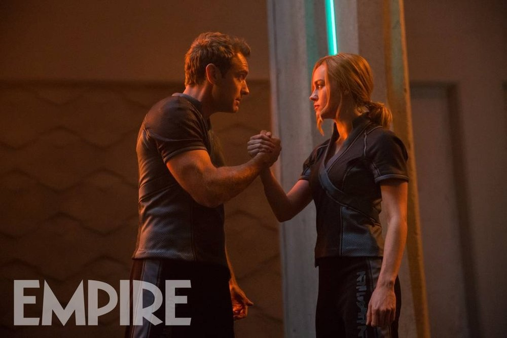 1new-captain-marvel-photo-shows-brie-larson-and-jude-law-recreating-the-epic-handshake-from-predator1