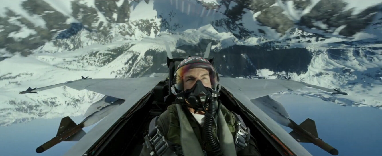 Quentin Tarantino Straight Up a demandé à Tom Cruise comment il pourrait faire une suite TOP GUN sans le réalisateur d'origine Tony Scott – Newstrotteur top gun maverick flying upside down