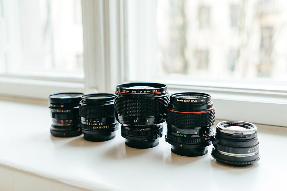 Canon FD-sarjan manuaalitarkenteisia aikansa työjuhtia sekä Voigtländer 35/1.4, kuva otettu Sony A7 + Zeiss 35/2.8
