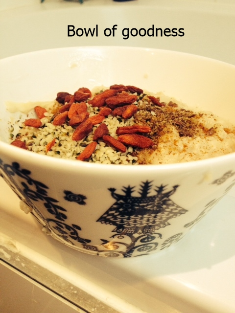 Porridge with apples, hemp & goji berries & flaxseeds