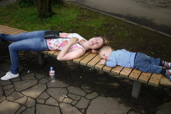 Jag och min son tar en vilsam paus i den härliga Yoyogi-parken i Tokyo. En varm junidag med mycket promenerande och shopping!
