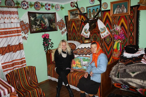 Ukraine_Traditional_Home_Chaparthians.JPG
