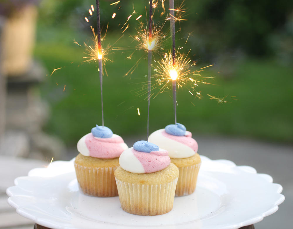 My favorite cupcake shop Swirlz Cupcakes - 4th of July red, white and blue mini cupcakes with sparklers toppers!! A very simple way to embellish your cupcakes. Who doesn't love a little sparkle!? #SwirlzCupcakes #TheCharmStudio