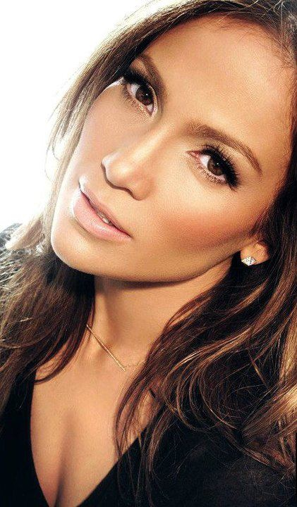 J-Lo has always been famous for her glow, which she creates with bronzer and highlighter!