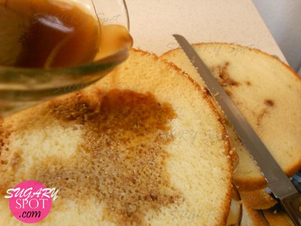 6.- Humedece la primera capa de pan con el jarabe de café y ron.