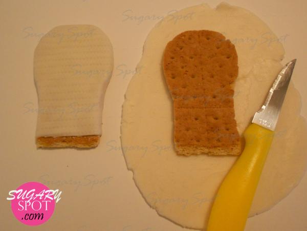 5.- Forra la suela, dejando medio centímetro en la parte inferior sin forrar, esta sera la parte que embonara con la sanja que hiciste en el cupcake.