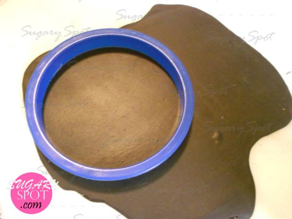 6.-Forra el cupcake respetando la sanja.