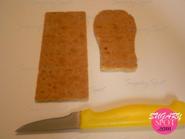 2.- Suela: corta 1/4 de la galleta en su parte inferior, en la superior redondea las esquinas. Hazla mas angosta de abajo conectando las curvas para obtener la forma de la media suela.