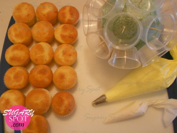 5.-  Para decorar necesitaras crema batida o buttercream y un cartucho de chocolate derretido.