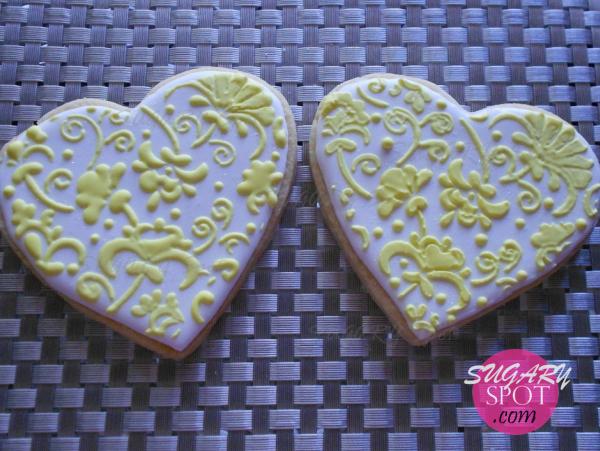 Corazones de galleta decoradas usando stencil.