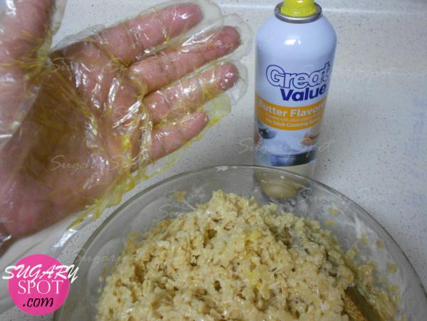 6.- Colócate un guante y rocealo con aceite en spray