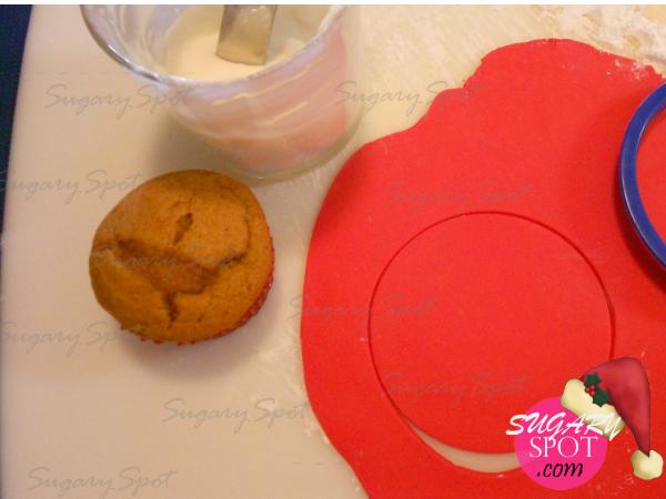 1.- Extiende la pasta de chocolate y corta con el circulo.