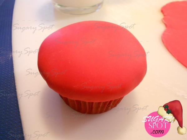 3.- Cubre con la pasta de chocolate. Alizala hacia abajopara que así tome la forma del cupcake.