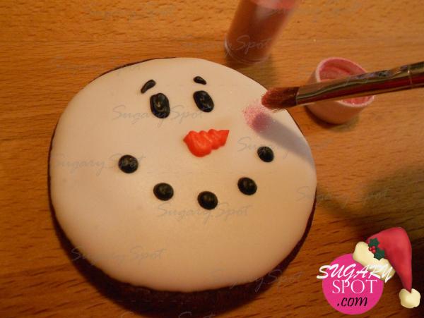 Una vez seco el merengue, aplica polvo lustre color rosa con ayuda de un pincel, esto para dibujar sus mejillas sonrojadas.