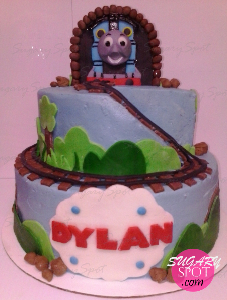 Thomas el Tren. Pastel embetunado con buttercream y decoraciones de pasta de chocolate.