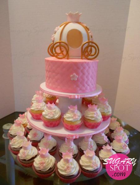 Pastel y cupcakes para una pequeña princesa en su baby shower. Bebe durmiendo dentro del carruaje.
