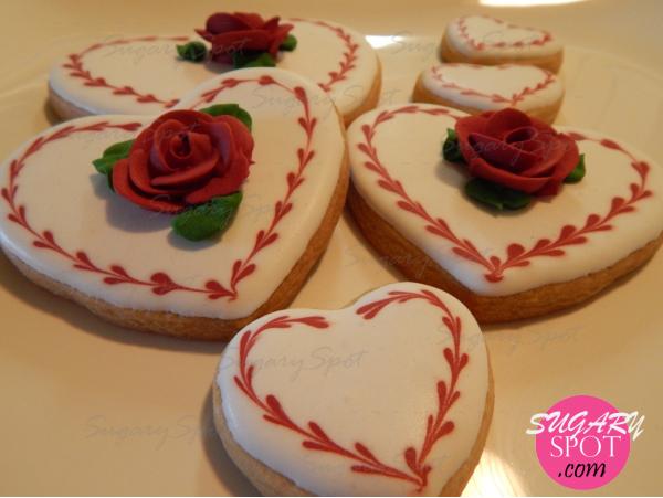 Galletas de corazones y rosas rojas.