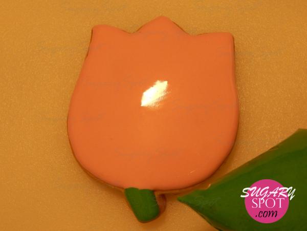 Rellena el tallo de la flor con el merengue color verde. Deja secar por completo antes de pasar al siguiente paso.